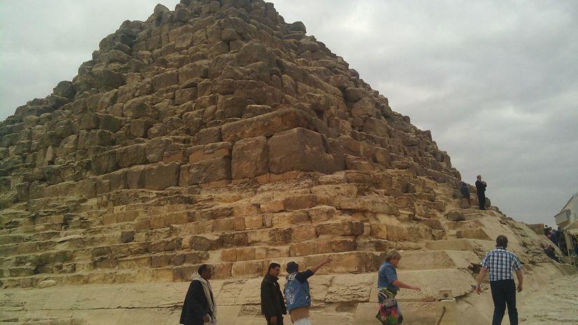 вход в маленькую пирамиду