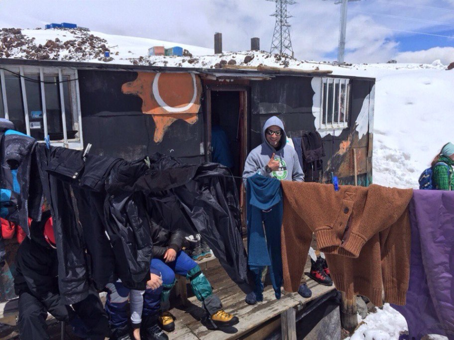 Сушим одежду в хижине на Эльбрусе