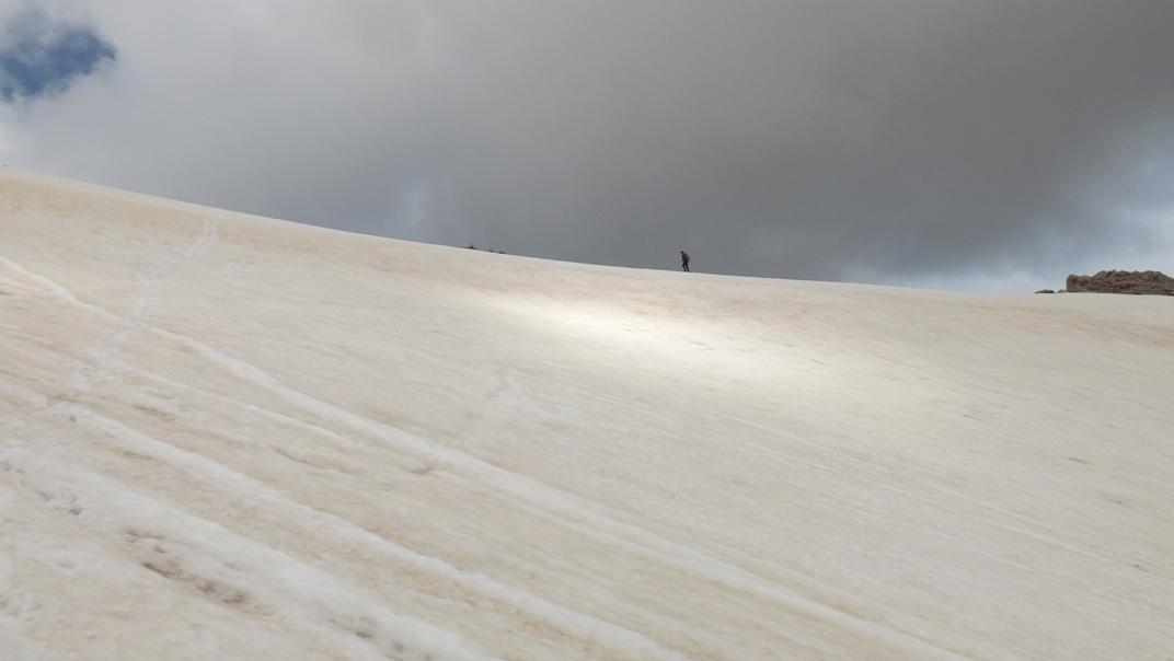 Снежные участки при подъеме на Тахталы