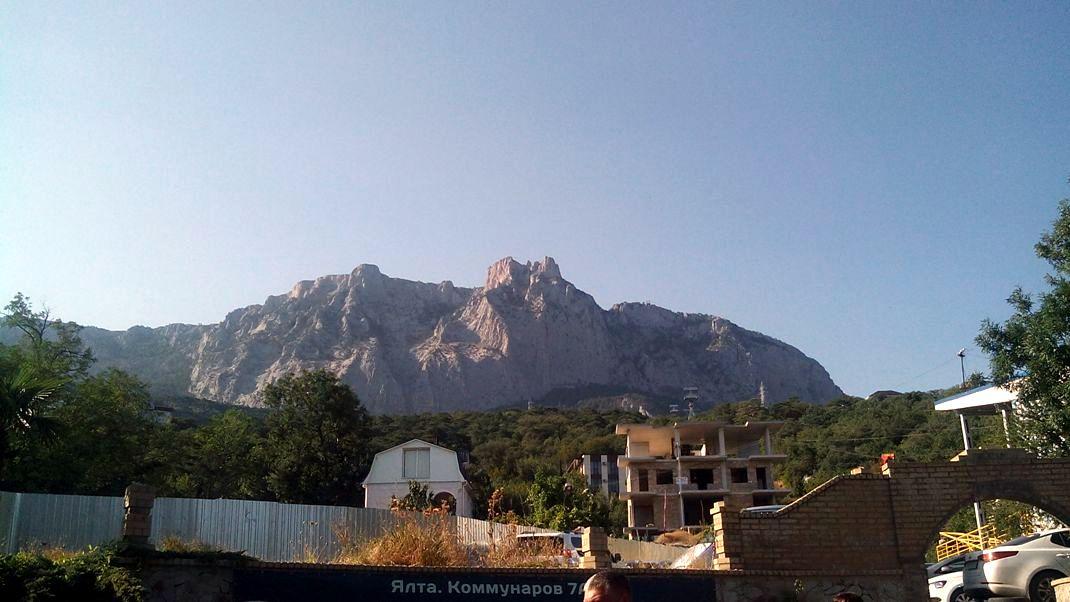 Вид на гору Ай-Петри от начала канатной дороги