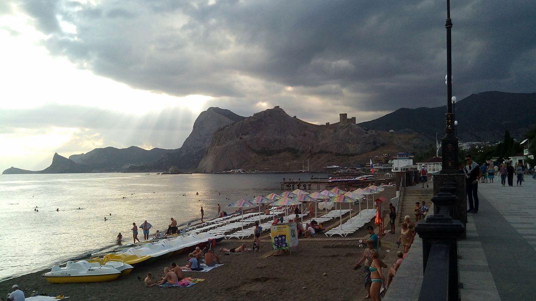 Пляж и набережная в Судаке