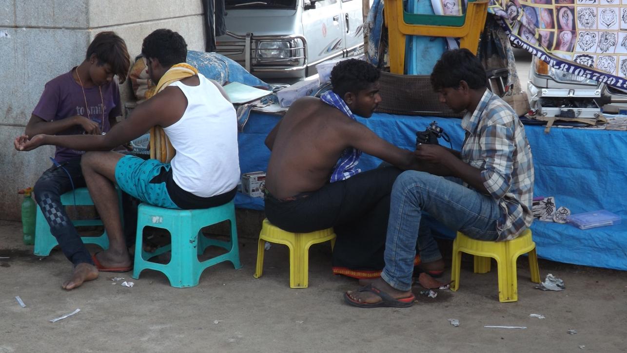 Татуировки на улице в Индии