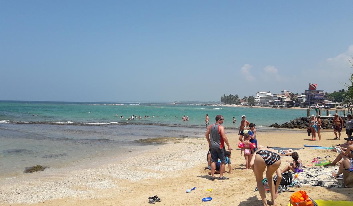 Вид на риф Хиккадувы с пляжа