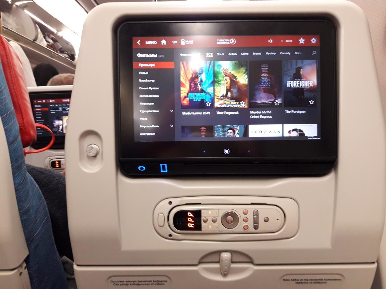 Экран в подголовнике кресла в самолете турецких авиалиний